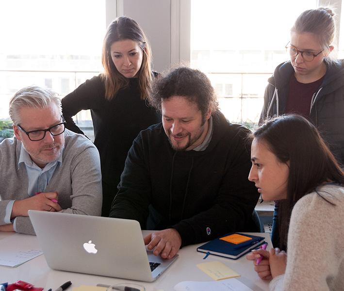 grupo-design-sprint-disegnando-prototipo-testear